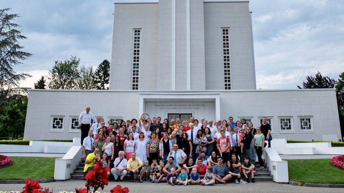 člani pred templjem v Bernu