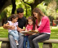 družina v parku