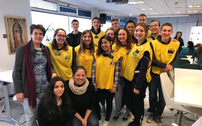 Voluntarios de Manos Que Ayudan prestando servicio a la Fundación Madrina