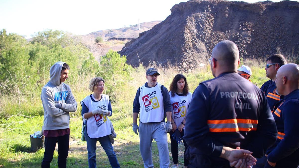 Voluntarios trabajando en el monte Chorrillo