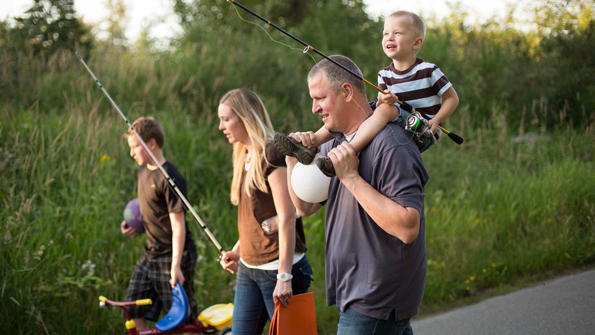 padre, madre y dos hijos van a pescar