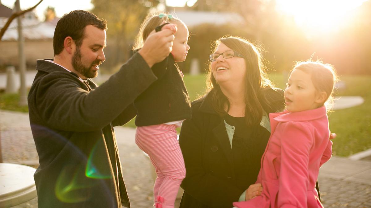 padre, madre y dos hijitas