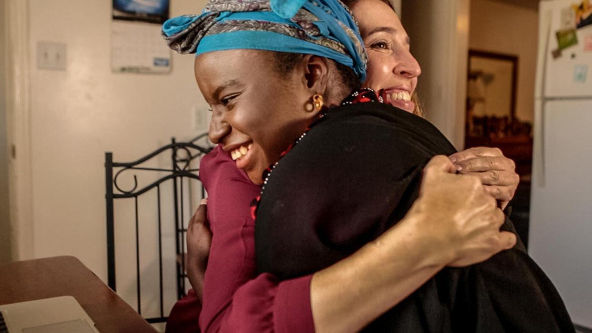 Dos mujeres de diferentes razas se dan un abrazo