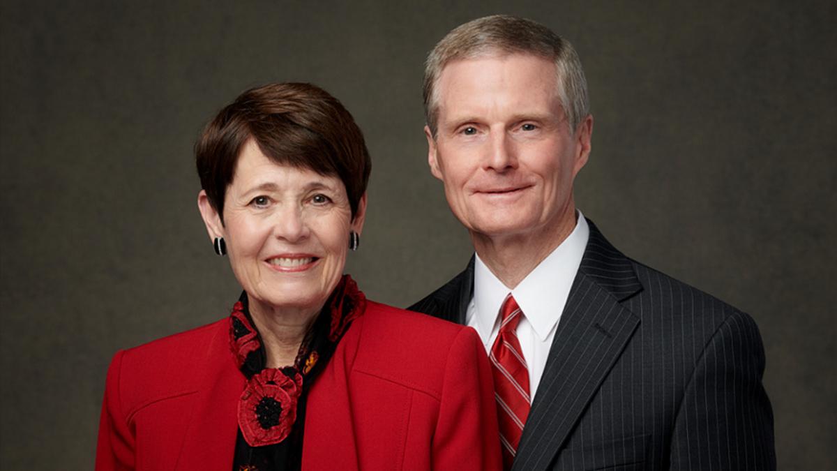 Élder David A. Bednar y hermana Susan Bednar.