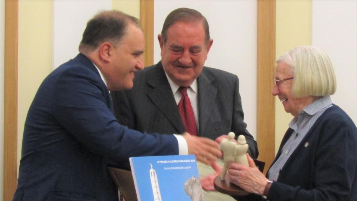 Elder Franco en el momento de entrega del galardón a Sor Lourdes Lecea acompañada por el presidente de Cocina Económica, Emilio Carreras.