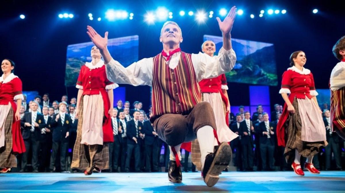 Instantánea de una actuación del grupo de baile folclórico de BYU