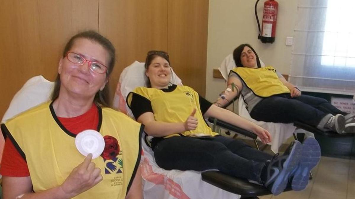 Voluntarios de 'Manos que Ayudan' de la Iglesia de Jesucristo de los Santos de los Últimos Días donando sangre