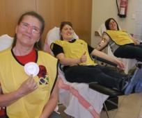 Miembros de Zaragoza donando sangre.