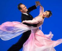 hombre y mujer del Ballroom Dance Company de BYU bailando