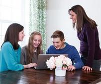 Jóvenes haciendo historia familiar en línea