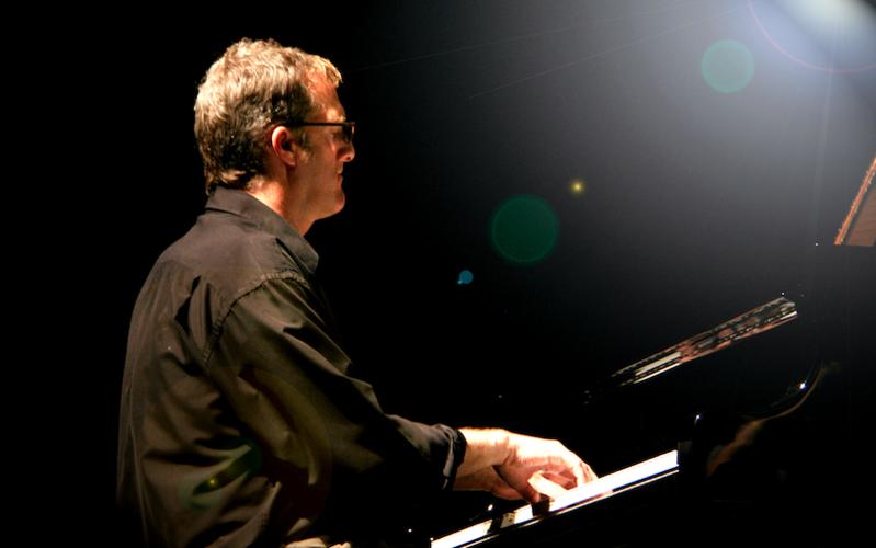 Stephen Anderson tocando piano como parte del Memorial Hall Artist