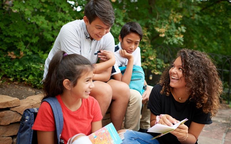 Grupo de jóvenes conversando en un parque
