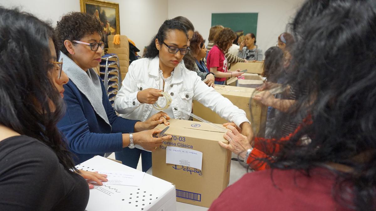 Mujeres de la Sociedad de Socorro empacando productos para donar