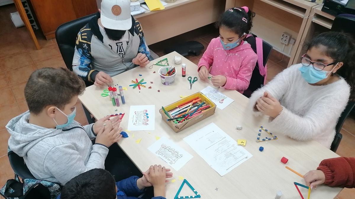 Cinco niños haciendo manualidades