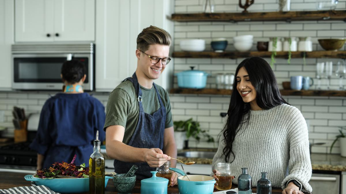 Padres e hijo adolescente en la cocina