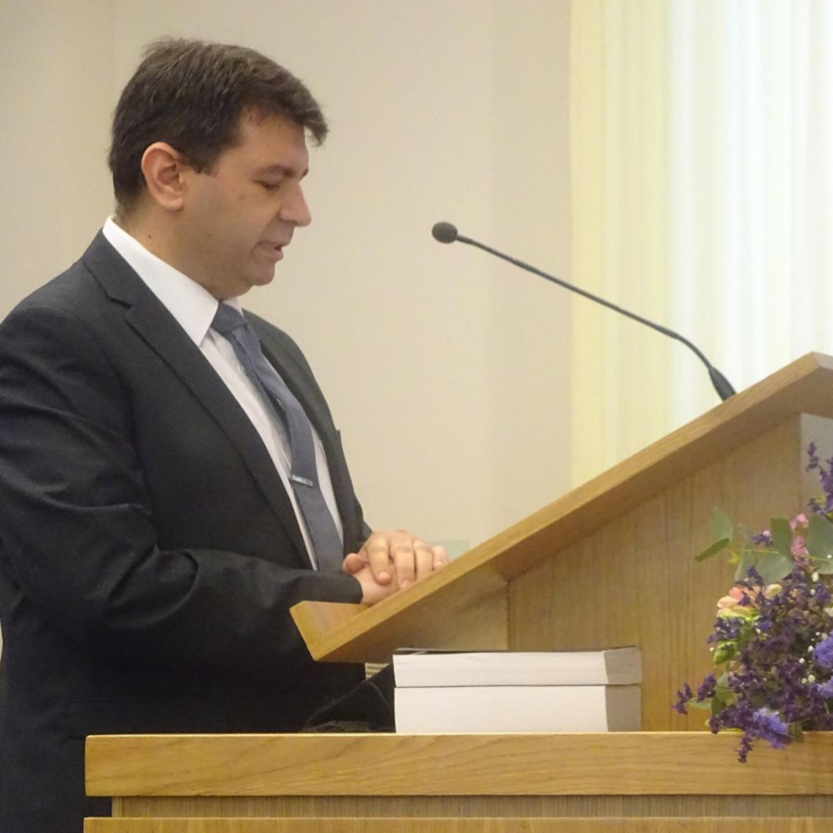 Benjamín Alba dirigiendo la reunión