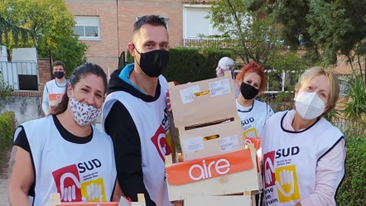 Voluntarios repartiendo alimentos a las familias necesitadas en Granada.