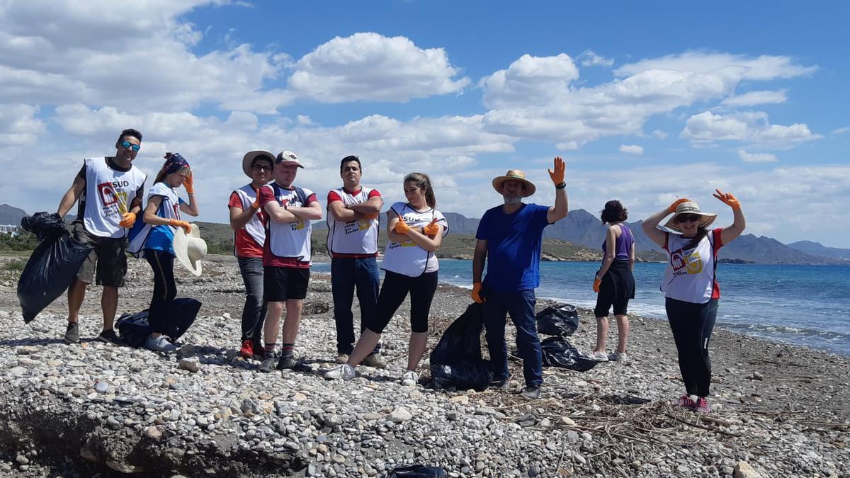 Grupo de voluntarios en la playa Calnegre