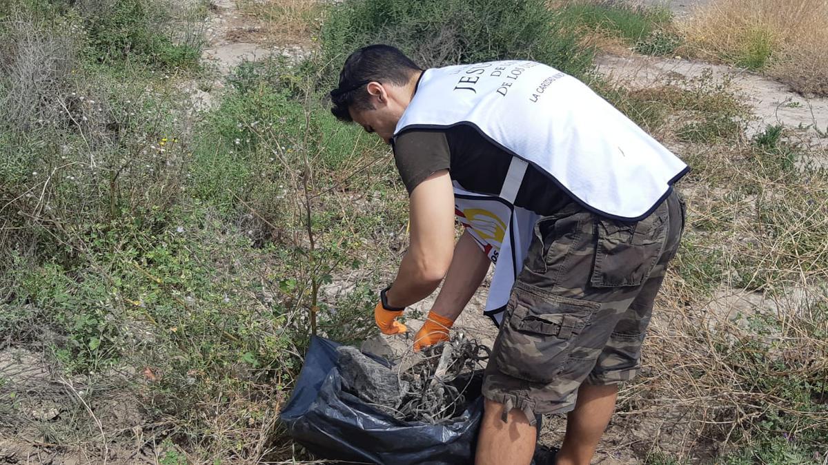 Voluntario recogiendo basura