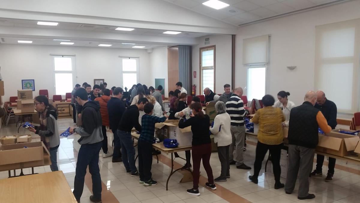 Voluntarios armando kits de higiene