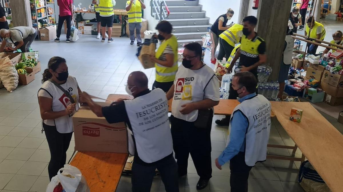 Voluntarios ayudando