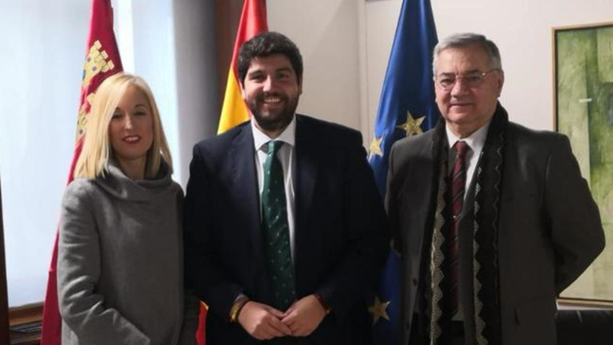 Susana Lorente y Leandro Guillén con Fernando López Miras, Presidente de la Comunidad Autónoma de la Región de Murcia.