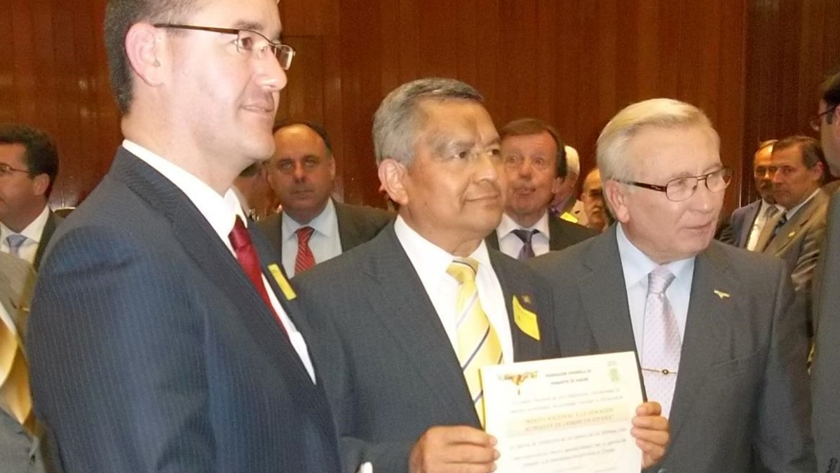 Representantes de la Iglesia recibiendo el Mérito Nacional a la donación altruista de sangre en España.