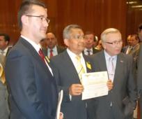 Representantes de la Iglesia recibiendo el Mérito Nacional a la donación altruista de sangre en España