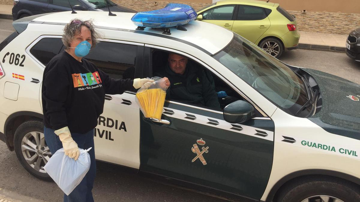 Entregando las mascarillas a personal de Guardia Civil.