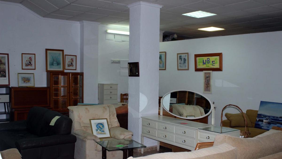 Área de Reach Out Extiende la Mano donde venden los muebles para recaudar fondos