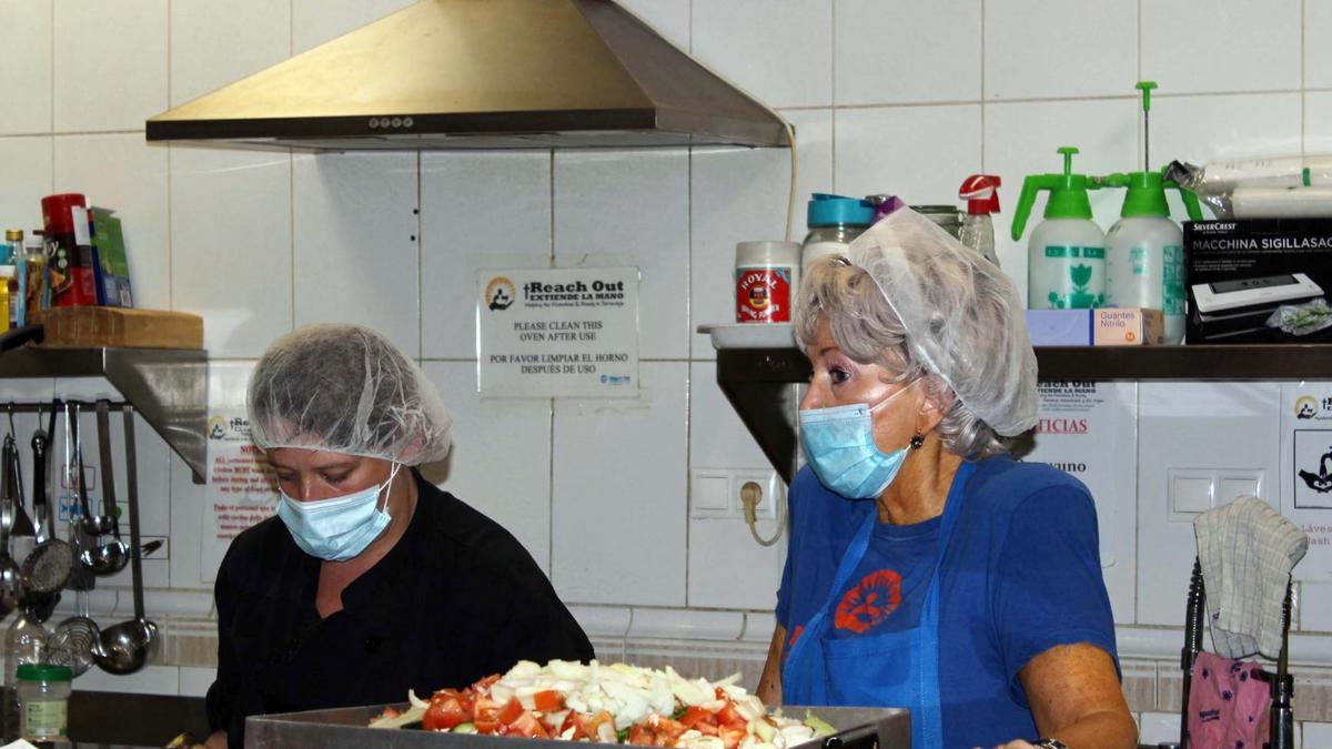 La cocina donde preparan diariamente la comida que sirven a los que vienen a comer. En la imagen, voluntarias preparando la comida.