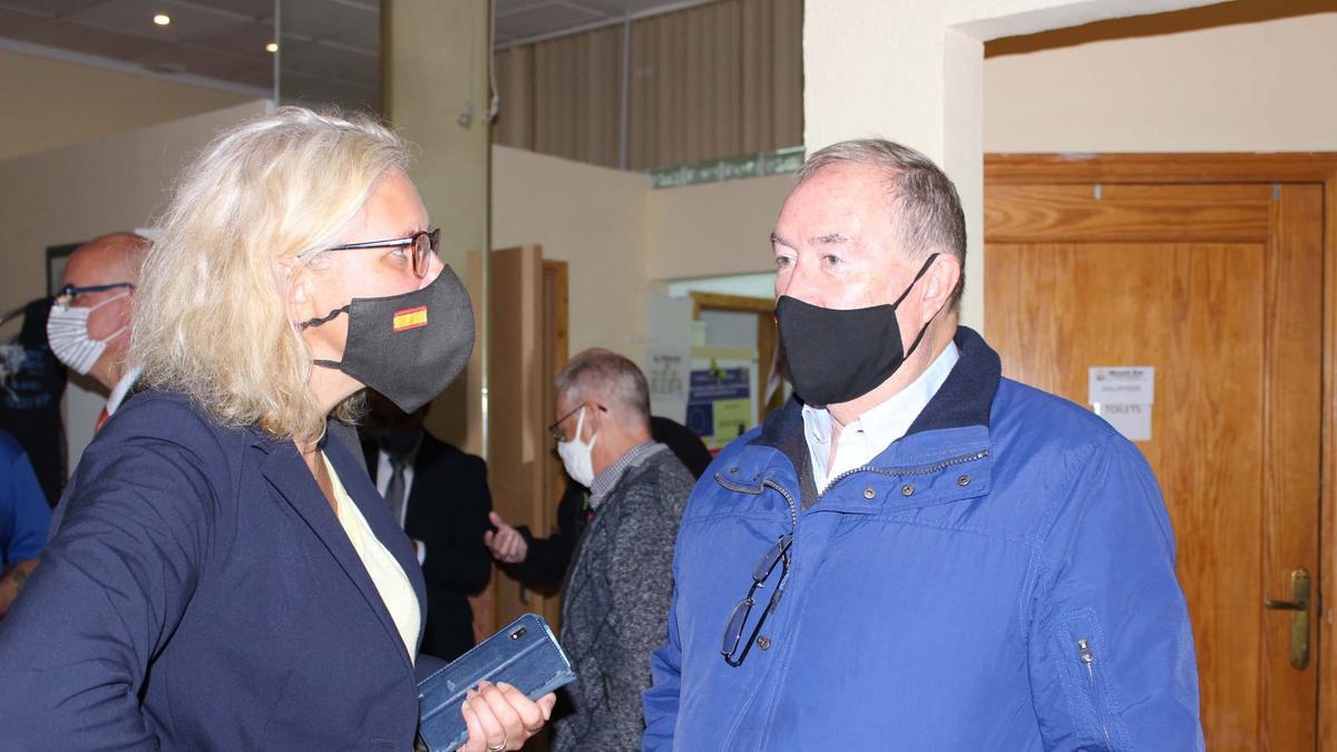 a concejal danesa de Residentes Internacionales Gitte Lund Thomsen hablando con el hermano Raymond Kearny