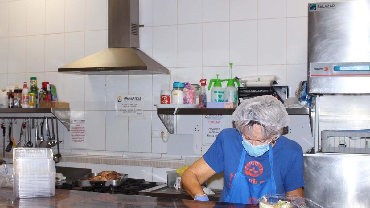 La cocina donde preparan diariamente la comida que sirven a los que vienen a comer. En la imagen, voluntaria preparando la comida.