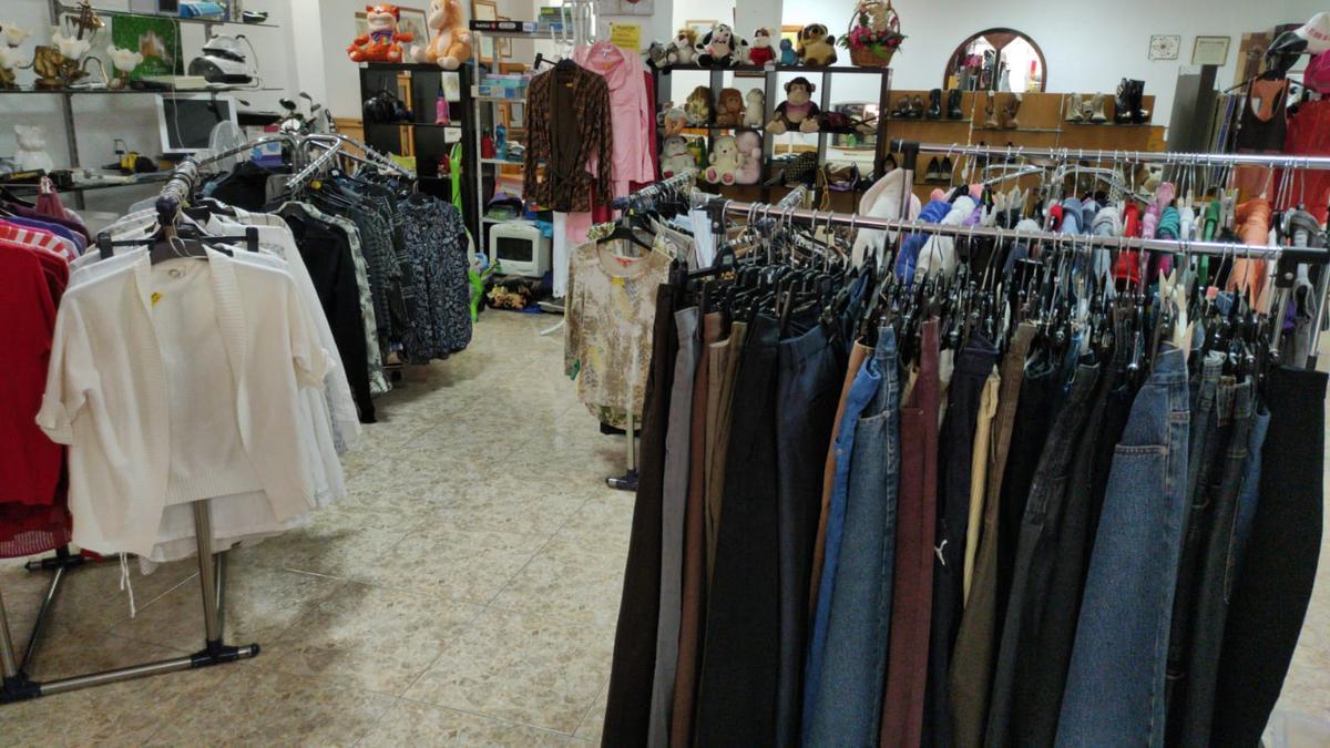 Área donde venden la ropa nueva y de segunda mano.