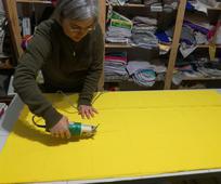 Cristina Mateo, esposa del presidente de estaca, dibujando el patrón y cortando la tela para hacer las mascarillas.