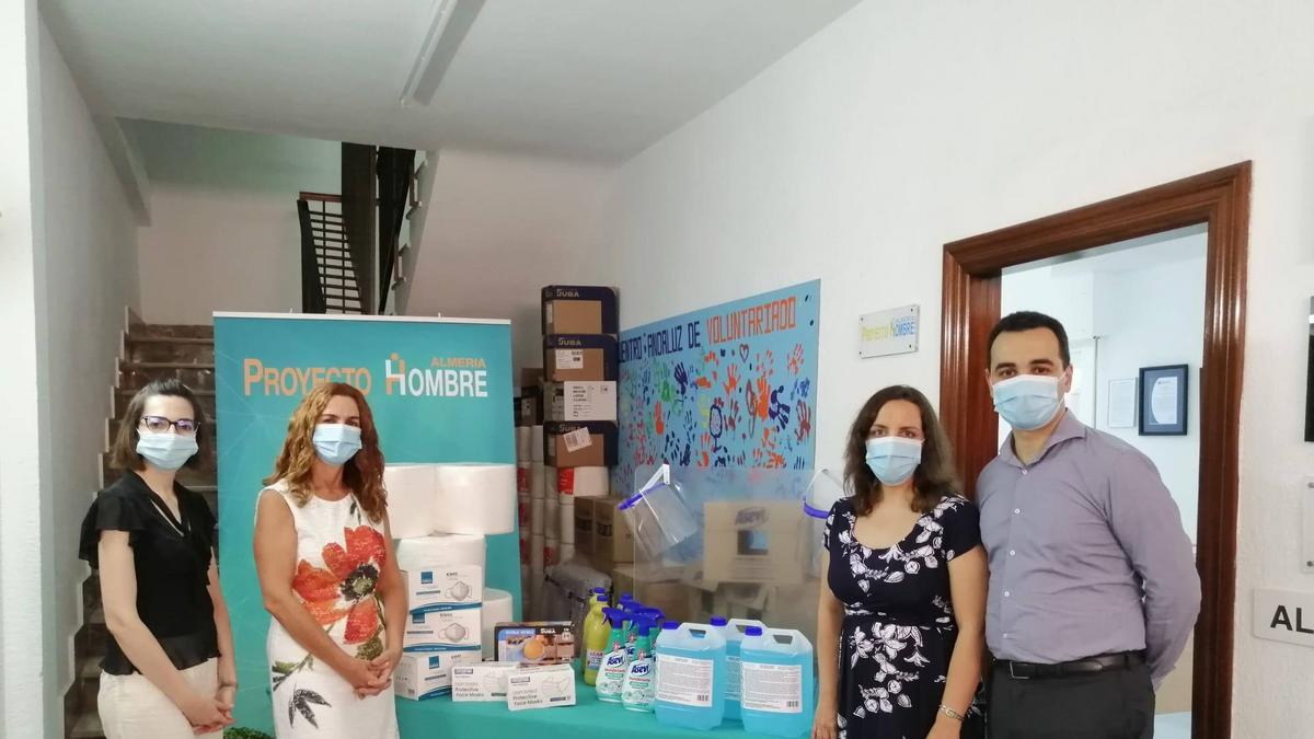 Elio López, presidente de la estaca de Granada, haciendo entrega del material sanitario a Proyecto Hombre de Almeria.