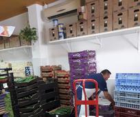 Hombre acomodando la comida en almacén