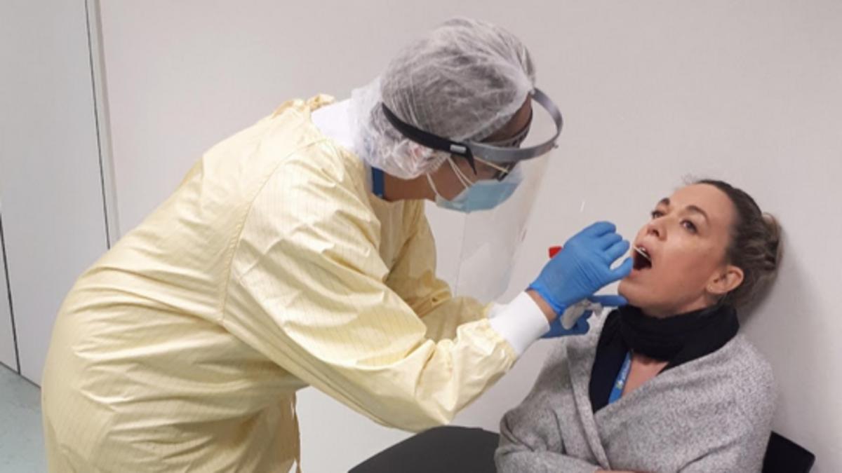 Una mujer se somete a un test PCR en la Fundació Althaia