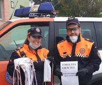 Oficiales de Protección Civil agradeciendo la donación de mascarillas.