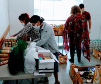Voluntarios preparando la comida para donar.