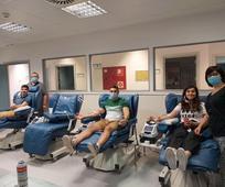 Una familia de la Iglesia de Logroño donando sangre