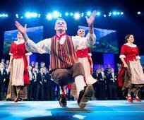 Instantánea de una actuación del grupo de baile folclórico de BYU.