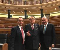 Alberto Fernández con Miguel Herrero y Rodriguez de Miñón y Miquel Roca, padres de la constitución.