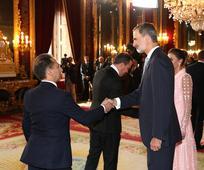 Alberto Fernández saludando al Rey Felipe VI
