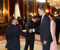 Alberto Fernández saludado al Rey Felipe VI en el Palacio Real (Foto por cortesía de la Casa de S.M el Rey)