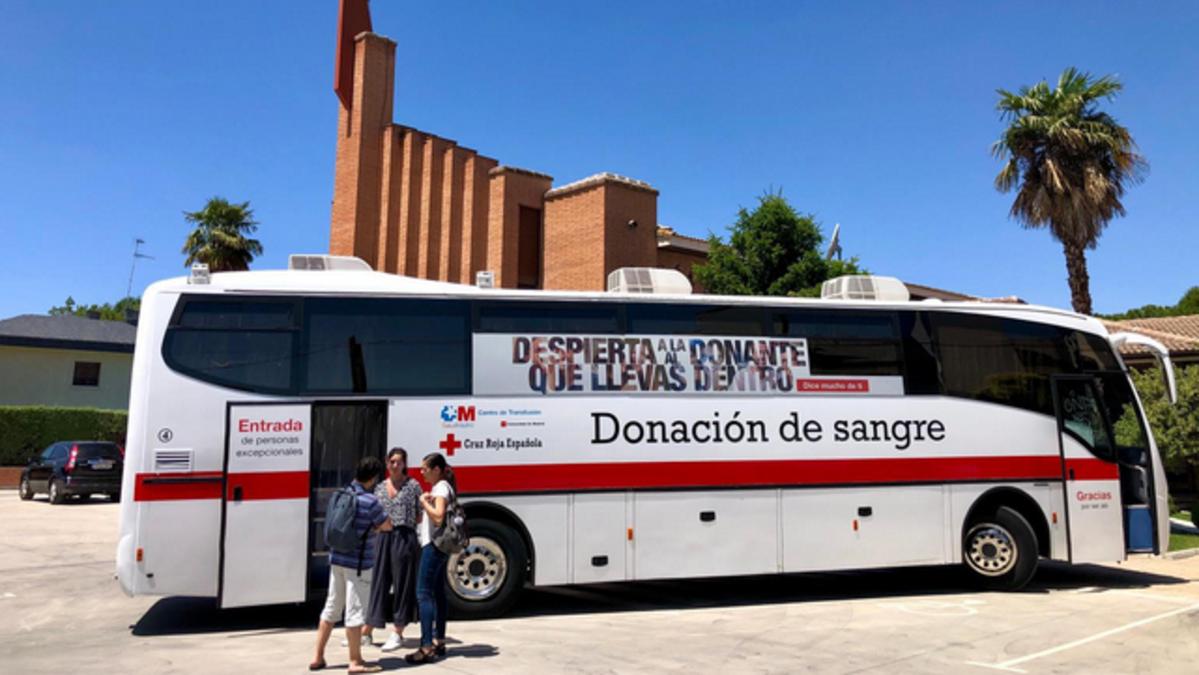 Unidad móvil de la Cruz Roja para donación de sangre