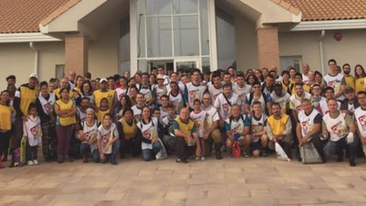 Voluntarios de la Iglesia de Jesucristo al frente de la capilla