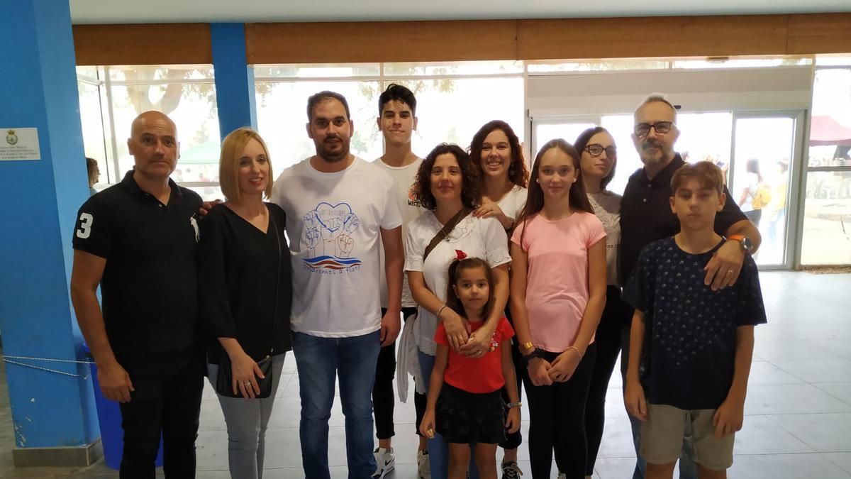 en el centro, con una camiseta blanca, el alcalde de los Alcázares, Mario Cervera, la DAP junto con su esposo y sus dos hijas y la familia Carnicer- Mateo, una de las familias del Barrio Mar Menor.