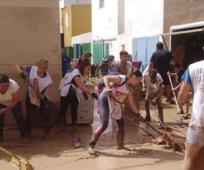 Voluntarios de la Iglesia de Jesucristo ayudando a limpiar las calles de Los Alcázares