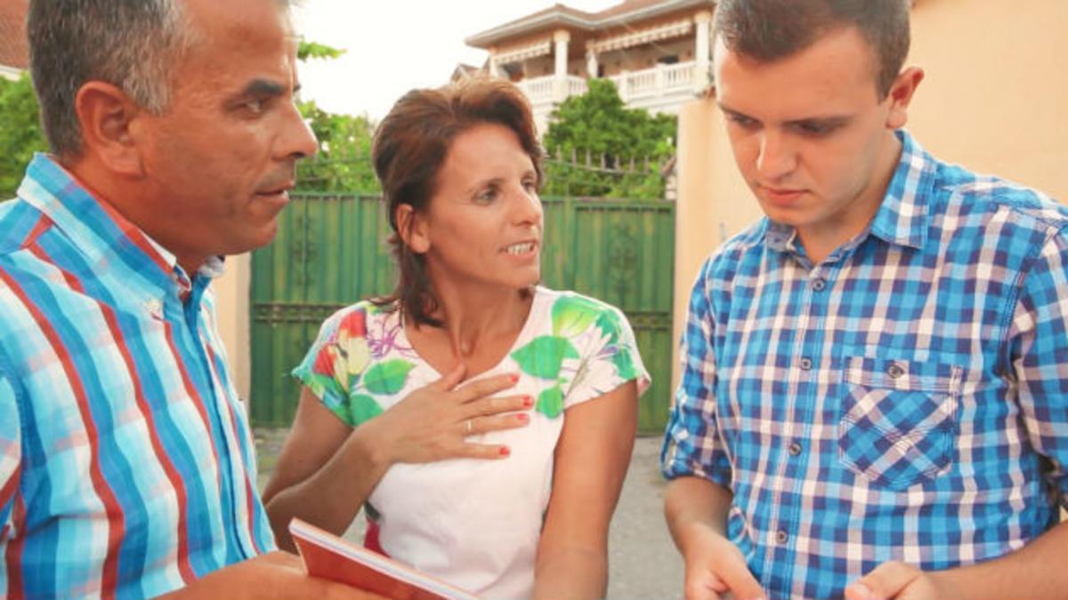 Armando y Suela hablando con un joven